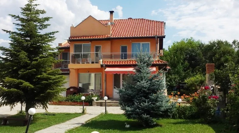 BiB Group sells a house in Evksinograd, Varna. The area of the house is 200 sq.m. and the plot is 1000 sq.m.